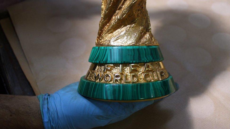 Ideada en 1971 por el orfebre y escultor italiano Silvio Gazzaniga, es confeccionada de forma totalmente artesanal, excepto por el registro del nombre de los países campeones.