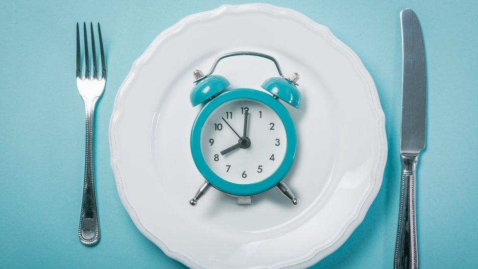 Un reloj sobre un plato