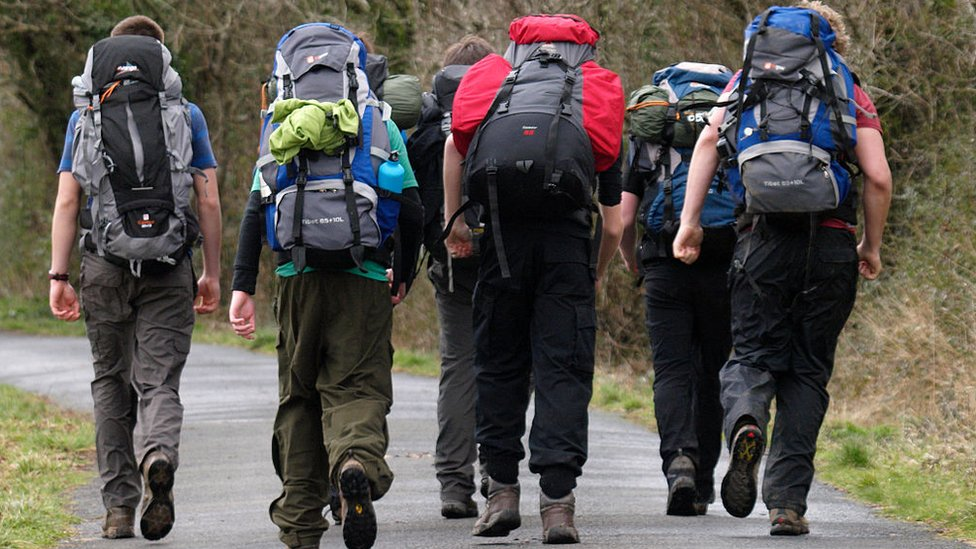 Adolescentes de expedición durante el premio en Devon, Inglaterra.