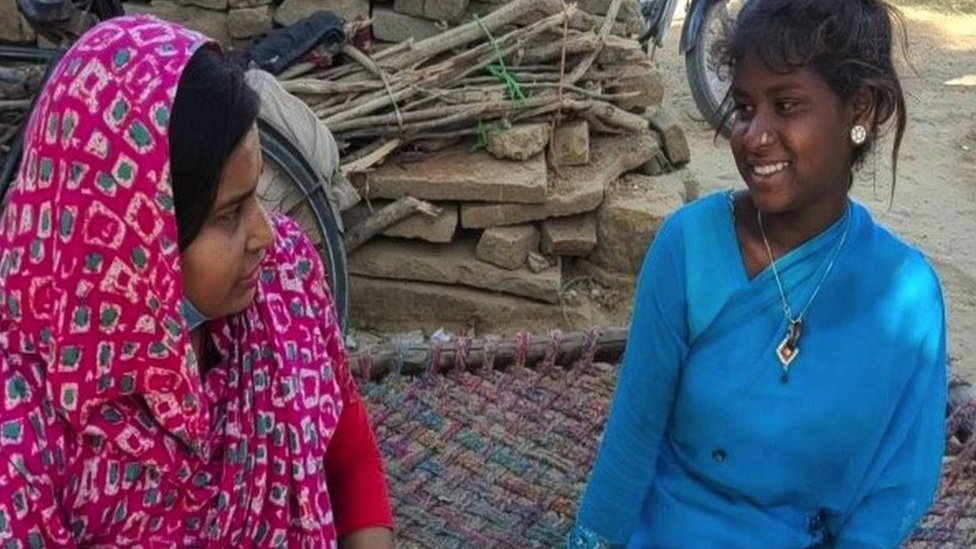 Savita (a la derecha) hablando con su trabajadora social