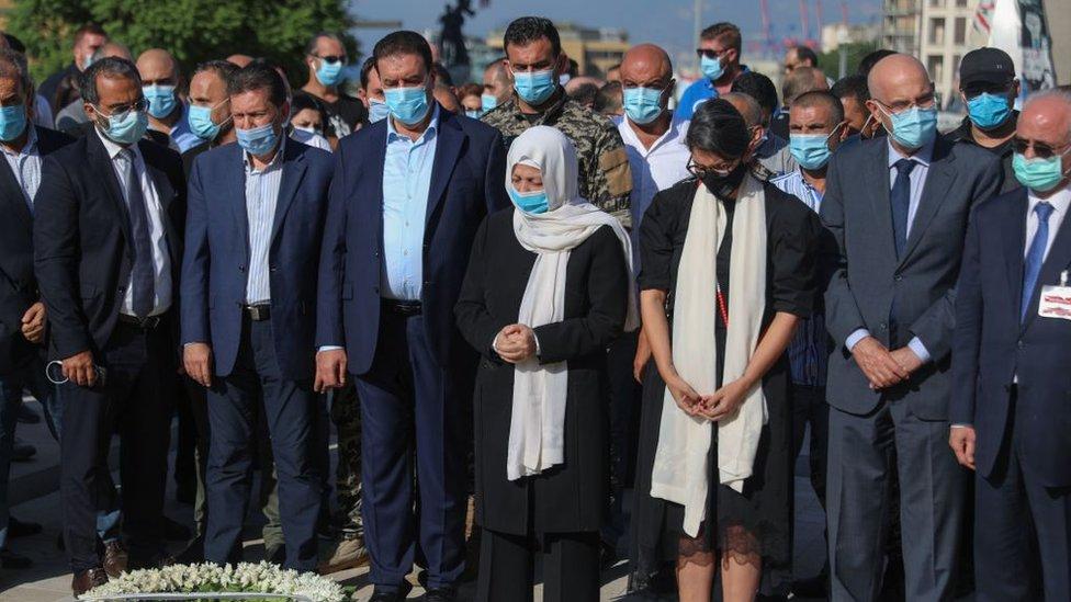 بهية الحريري عضو البرلمان وشقيقة رفيق الحريري مع مجموعة من مؤيديه عند ضريحه وسط بيروت بعد صدور الحكم