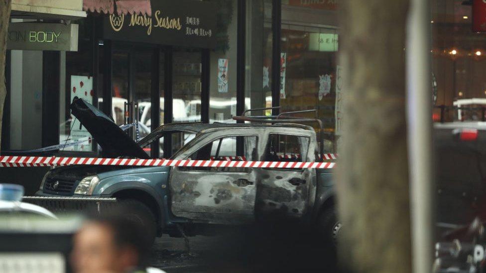 منظر السيارة المحترقة في شارع بورك في أعقاب الحادث