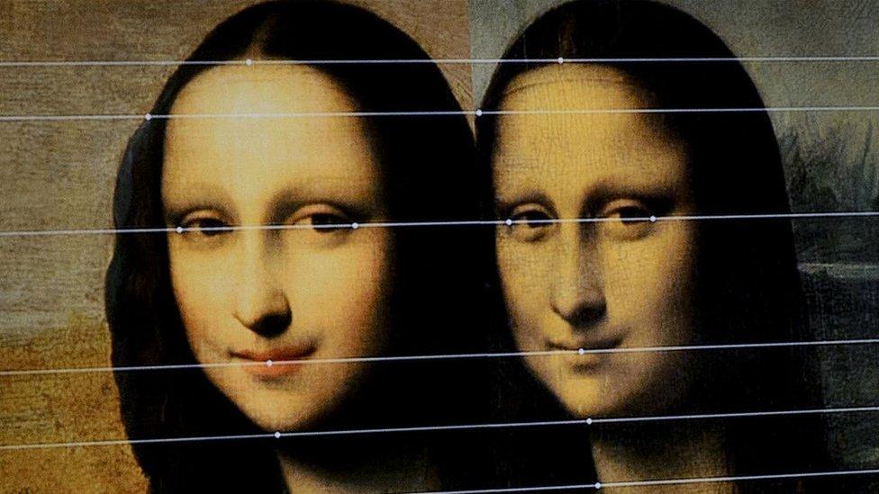 Una comparación entre las dos pinturas exhibidas por la Fundación Mona Lisa en una presentación en Ginebra, Suiza.