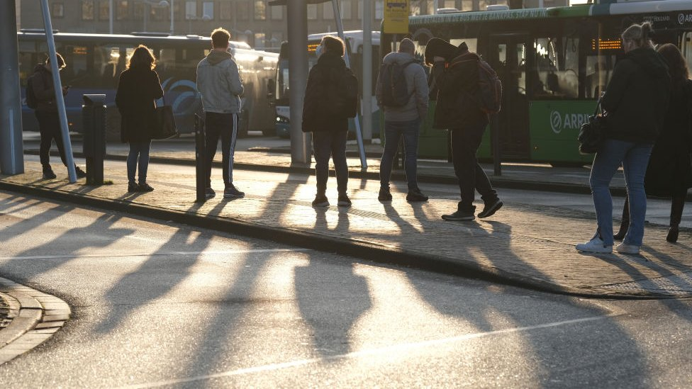 Hollanda'da otobüs bekleyenler
