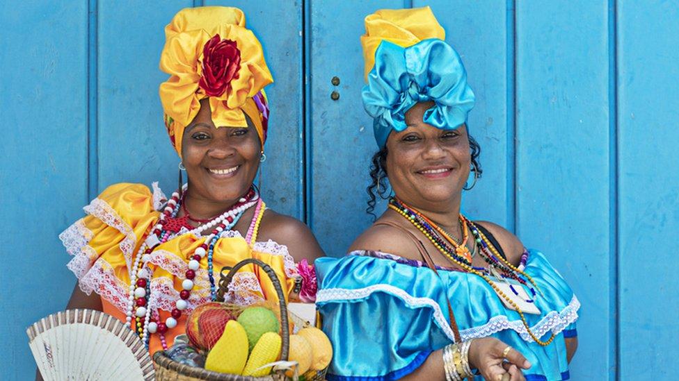Mujeres con trajes típicos en Cuba.