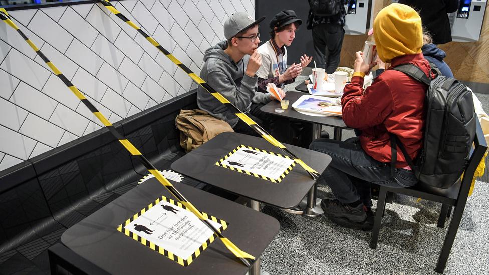 Stockholm'de bir restoranın uyguladığı sosyal mesafe önlemi.