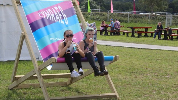 Catrin a Rebecca o Dregaron yn ymlacio gyda hufen ia yn yr haul // Catrin and Rebecca from Tregaron relax with an ice cream in the sun