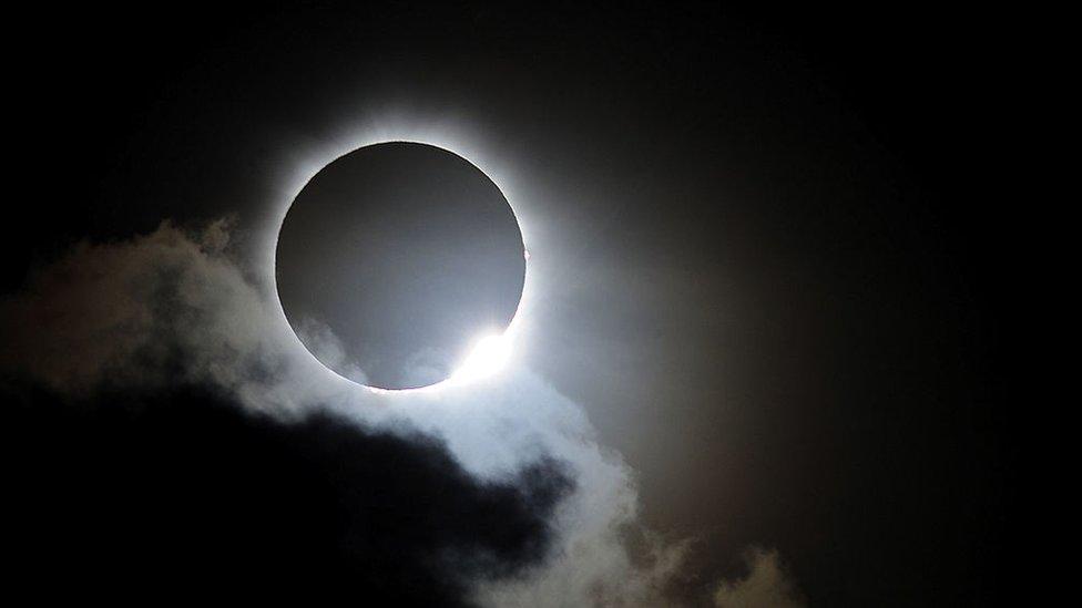 Eclipse solar total con nubes.