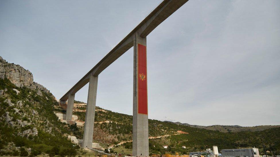 Puente financiado por China en Montenegro.