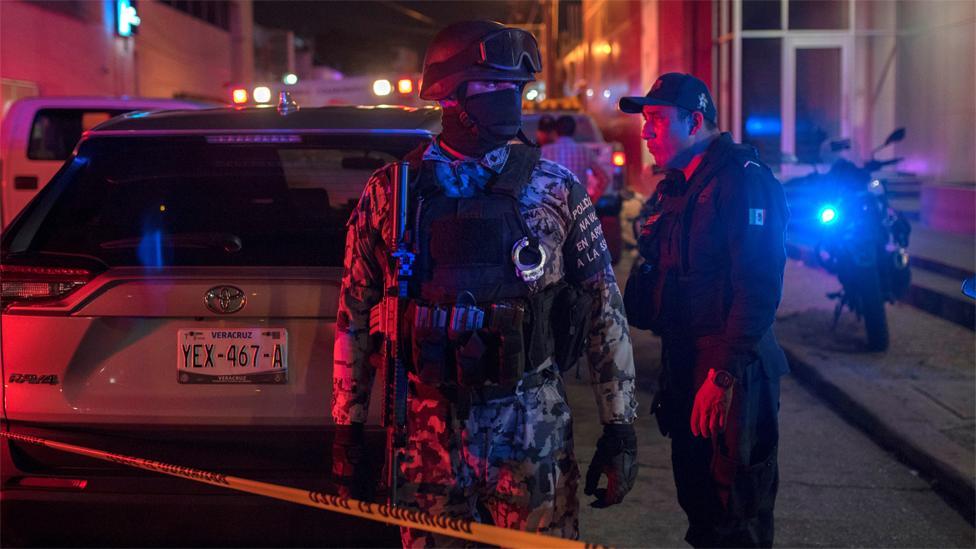 "Agentes de la Guardia nacional a la entrada del bar ""Caballo Blanco"", en Cotzacoalcos, México"