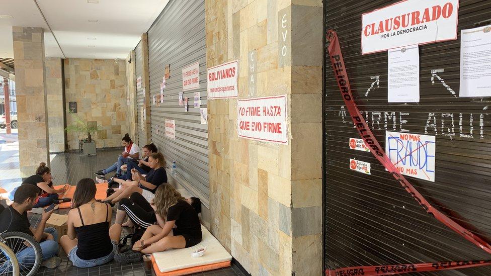 """El grupo denominado la """"Resistencia Femenina"""" cierra el acceso a un banco estatal y asegura que las movilizaciones contra Morales no van a parar."""