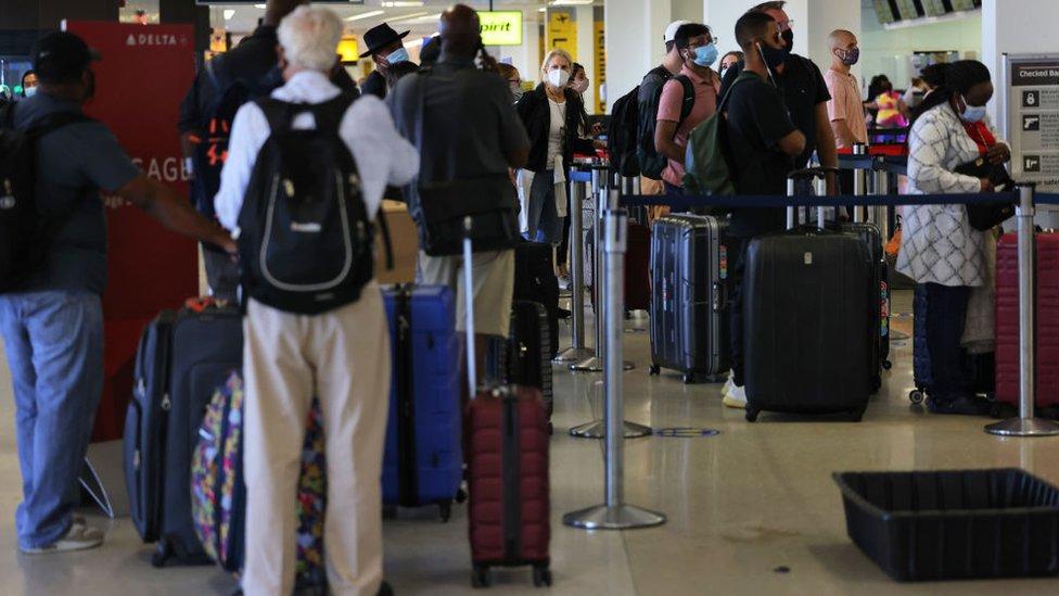 مسافرون ألغيت رحلاتهم