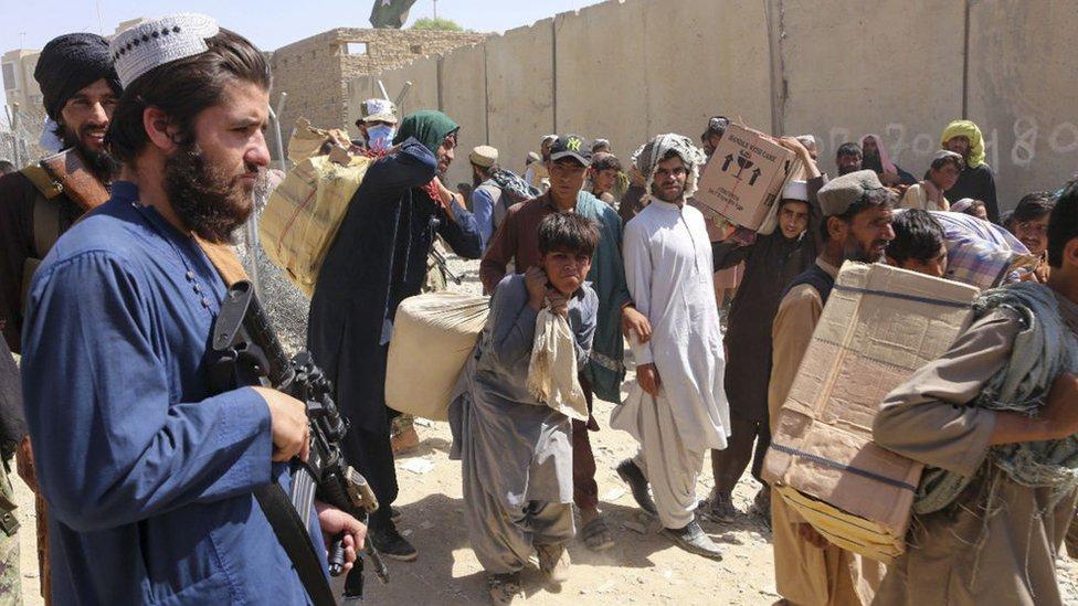 Activista armado talibán vigila la muerte de Spin Boldak