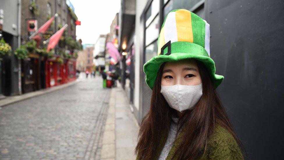 Persona vestida para la fiesta en Dublín.