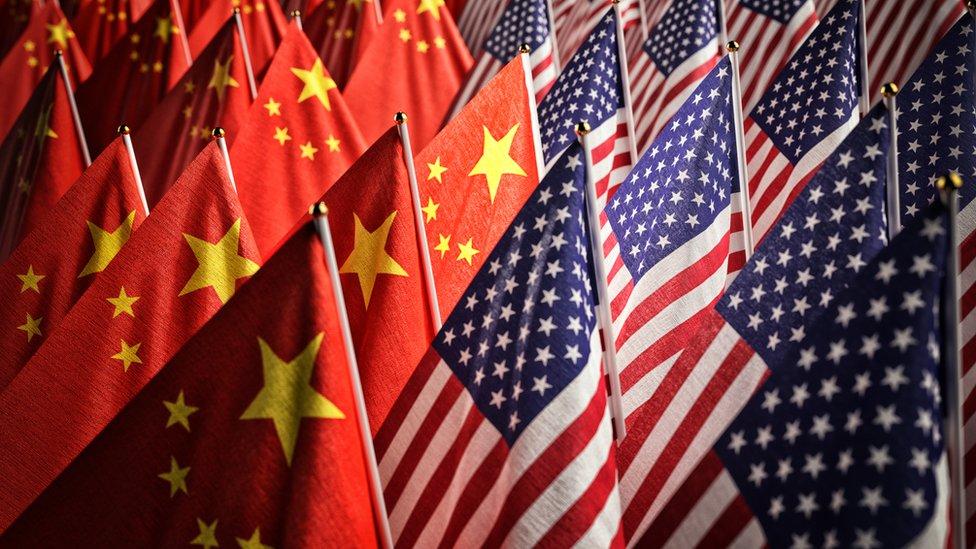 多面中國國旗(左)與美國國旗(右)