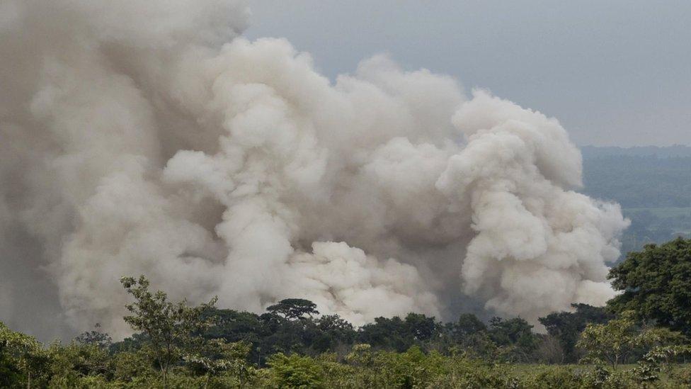 Una columna de humo en el volcán de Fuego