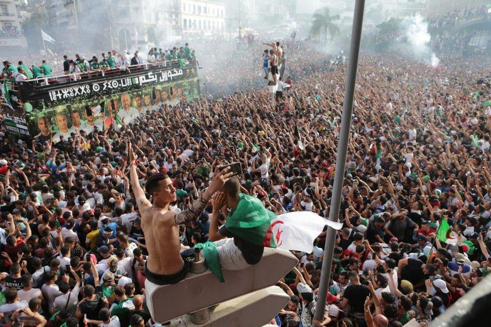 الجزائريون يحتفلون بفوز فريقهم الوطني بكأس إفريقيا في شهر يوليو/تموز بعد أن تغلب على فريق السنعال 1-0، بعيدا عن أجواء السياسة والاحتجاجات.