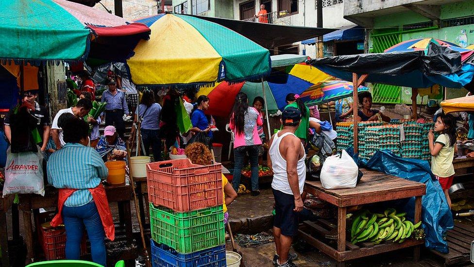 Personas en un mercado en Iquitos, Perú.