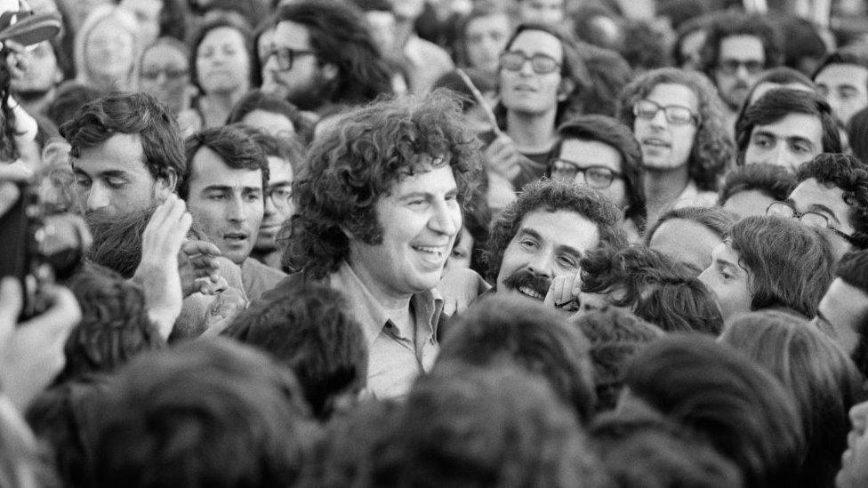 Mikis Theodorakis regresó a Atenas el 24 de julio de 1974 tras su exilio en Francia.