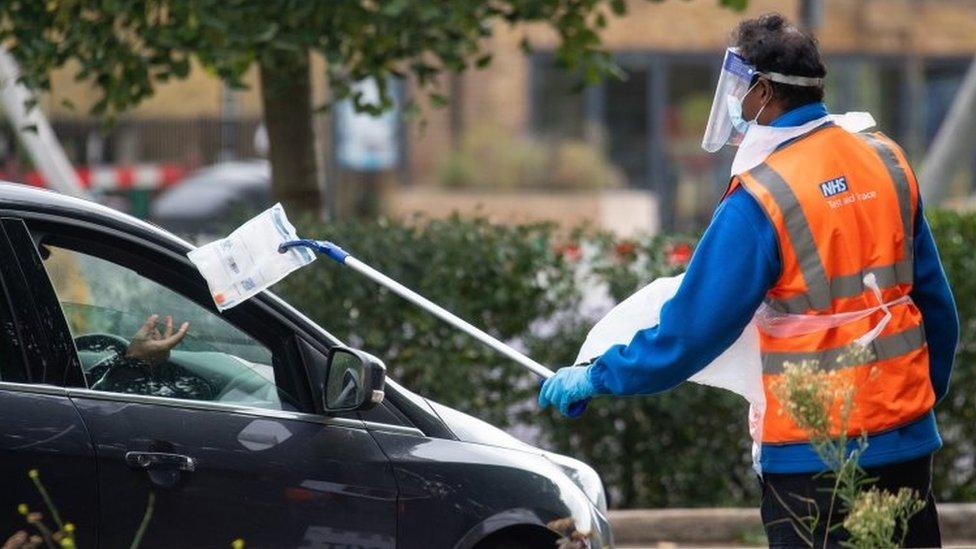 کورونا وائرس: انگلینڈ میں تکنیکی خرابی کے باعث 16 ہزار کے قریب متاثرین کی گنتی نہ ہو سکی