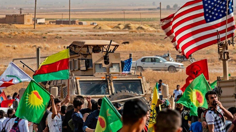 suriyenin kürt bölgesinde kürtler ve abd askerleri