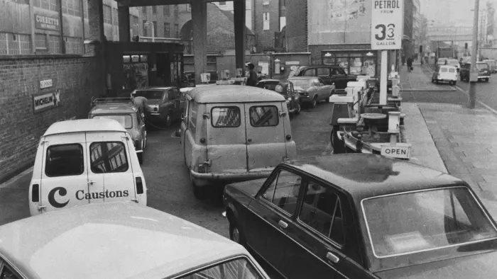 Londra'da 1973'te bir benzin istasyonunda kuyruktaki araçlar