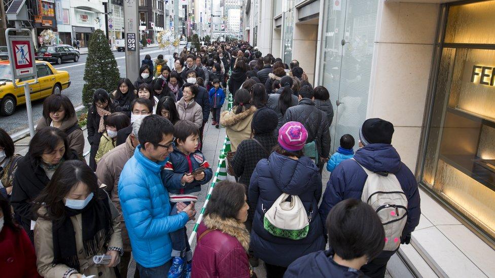 Una cola frente a la tienda Matsuya Ginza Department para comprar fukubukuro