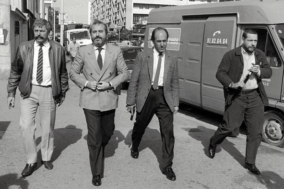 Sudija Đovani Falkone (drugi sleva) sa telohraniteljima tokom posete Marselju