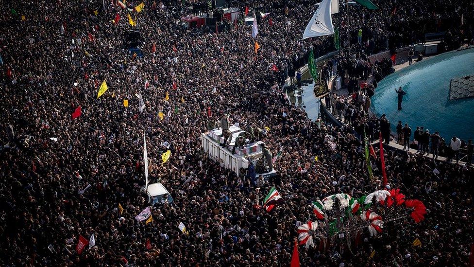 الحشود تجمعت في طهران يوم الاثنين الماضي حول المركبة التي تحمل نعوش قاسم سليماني وآخرين قُتلوا معه