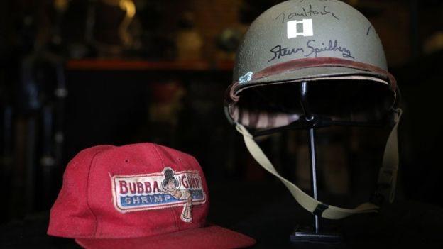 Barang-barang yang digunakan Tom Hanks di film Forrest Gump dan Saving Private Ryan adalah bagian dari 600 benda yang akan dilelang.