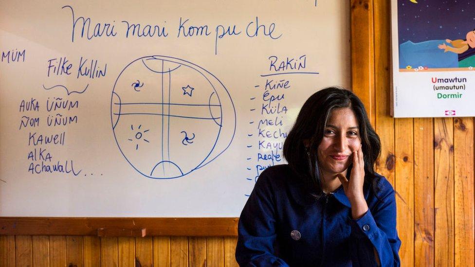 Profesora enseña mapudungún