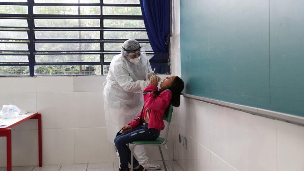 Testagem de alunos em escola paulista