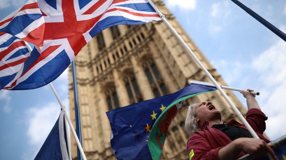 Britanska i zastava Evropske unije ispred zgrade parlamenta u Londonu