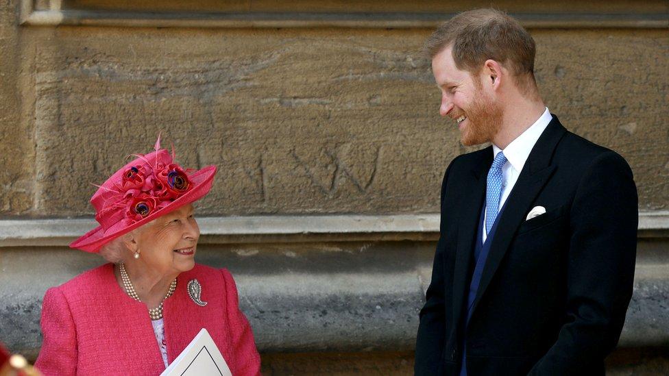 La reina Isabel y el príncipe Harry en una boda en mayo de 2019