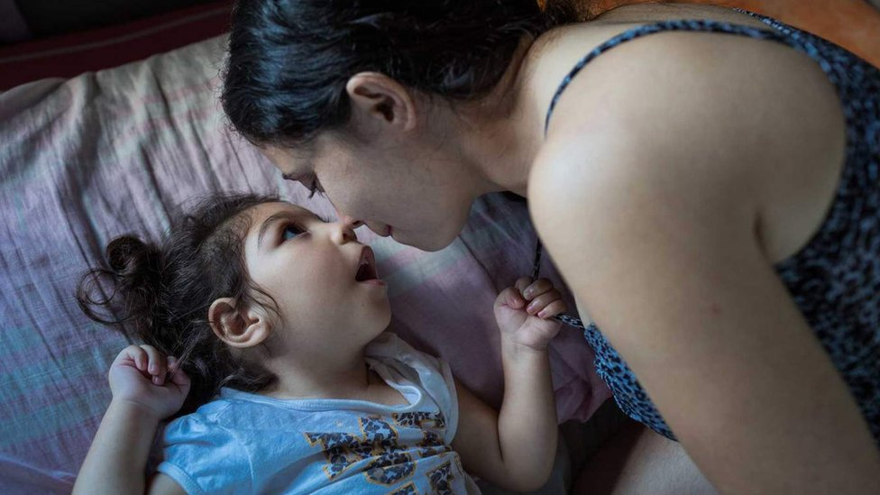 Madre mira a su hija