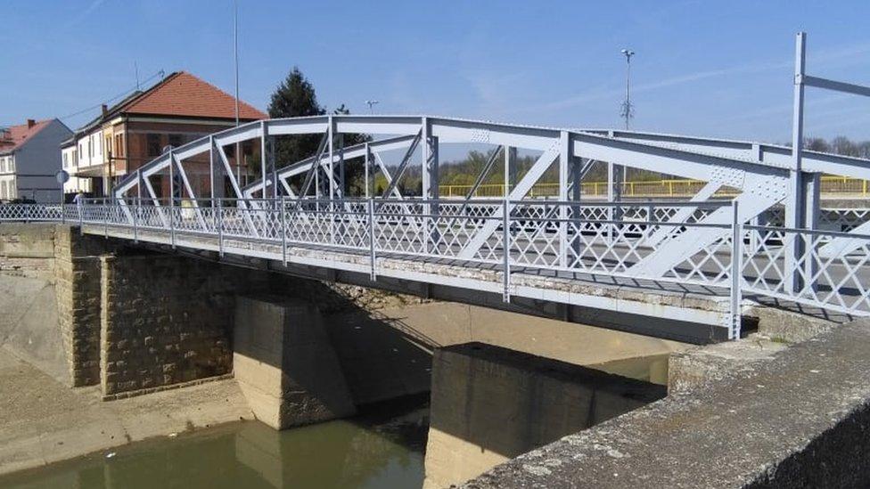 Most preko reke Brke koji bi prema mišljenju mladih iz Brčkog trebao da nosi ime Srđana Aleksića