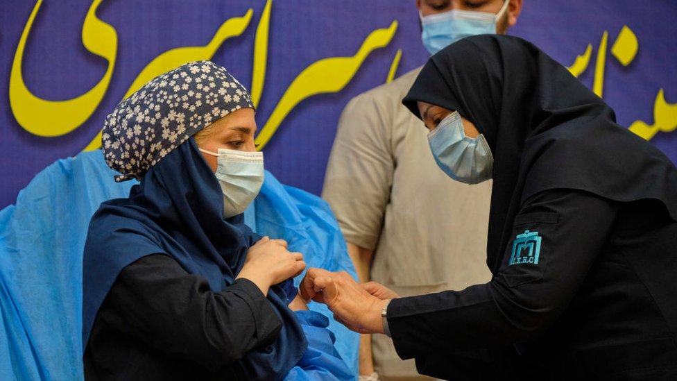 ممرضة تعطي القاح الروسي لامرأة من الكادر الطبي الإيراني خلال حفل بدء التطعيم في مستشفى غربي طهران يوك 9 فبراير 2021.