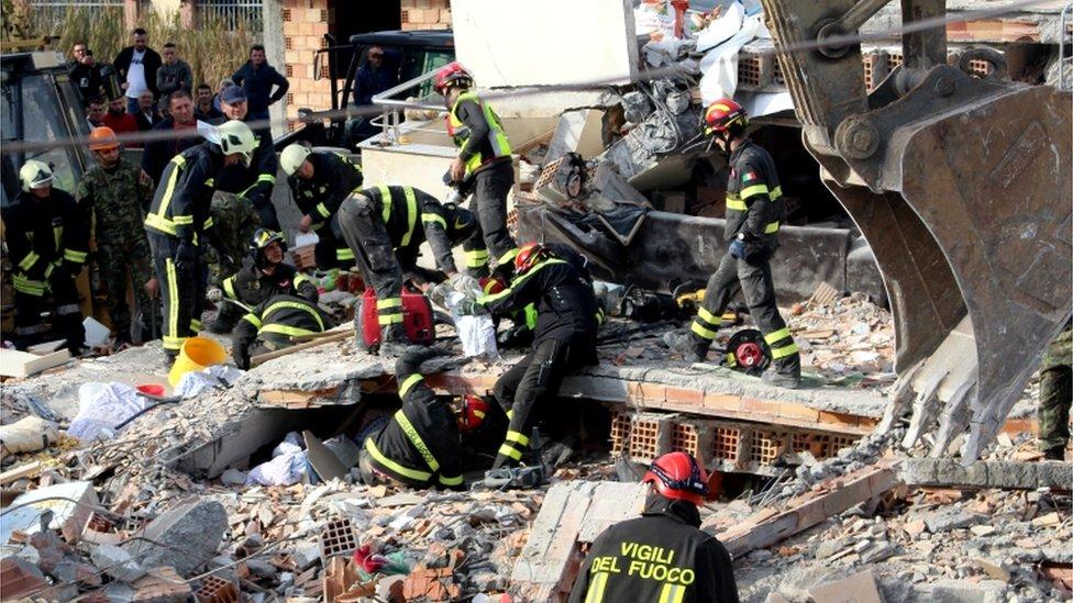 Italijanski spasioci izvlače nastradale iz ruševina u Draču, Albania, 27 November 2019
