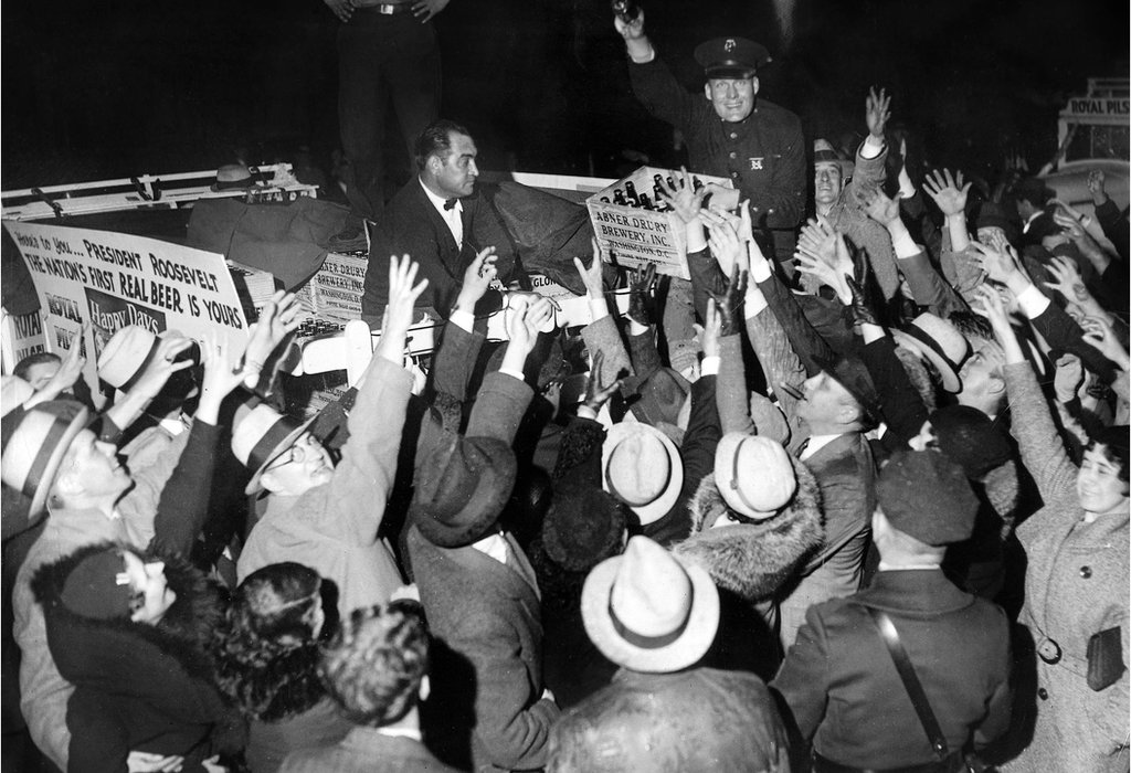 """Las primeras cajas de cerveza """"legal"""" que llegaron a la Casa Blanca, mostrando el fin de la prohibición decidida por el presidente Franklin Delano Roosevelt, abril de 1933."""