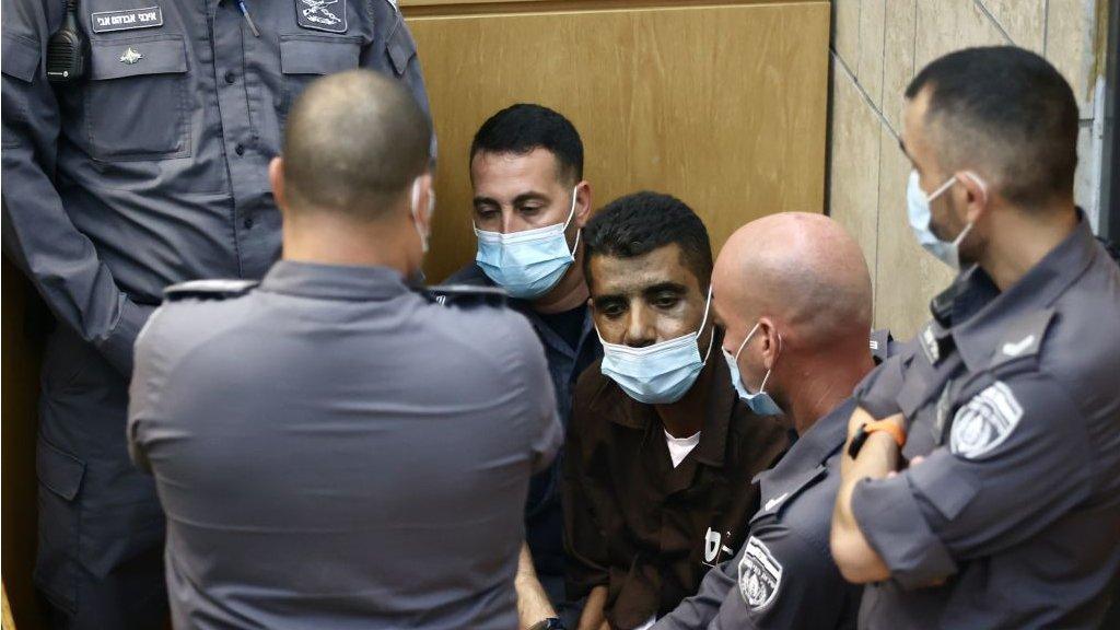 زكريا الزبيدي في المحكمة الإسرائيلية بعد إعادة اعتقاله