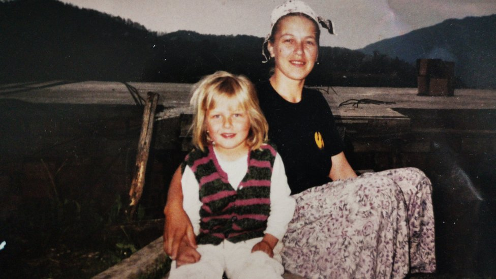 Selma Jahić sa majkom 1993. godine u Srebrenici