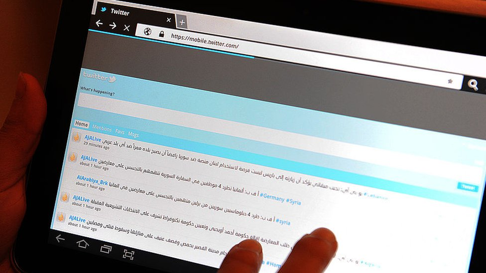 Una mujer saudita revisa su cuenta de Twitter en una tableta
