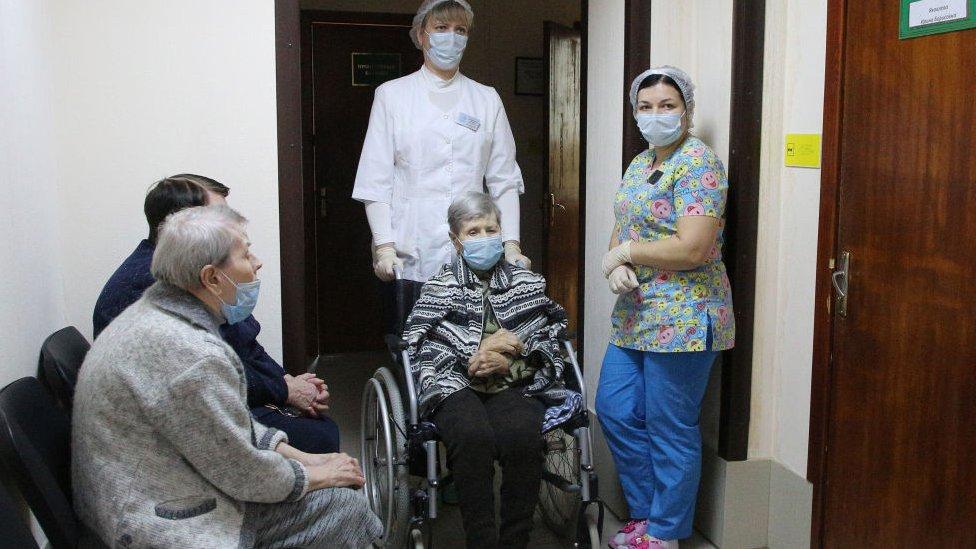 Ancianos en una residencia esperando para ser vacunados.
