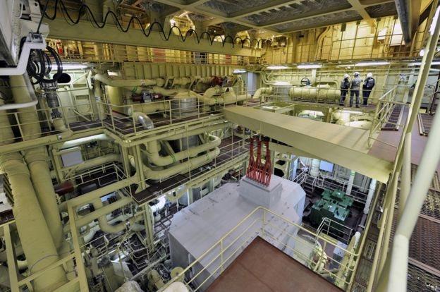 Ruang mesin pusat di bawah dek utama.