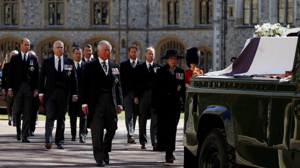 在靈車後方,公爵的子女安妮公主(Princess Anne)與查爾斯王儲(Princes Charles)走在前排,他們身後為安德魯王子(Princes Andrew)及愛德華王子(Princes Edward)。