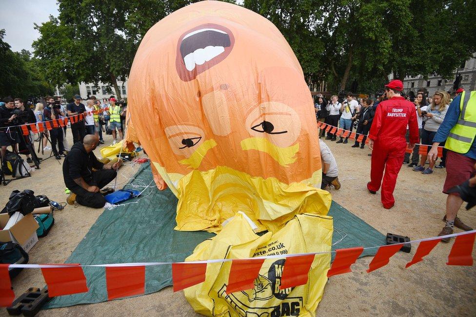 El inflable de Trump es inflado