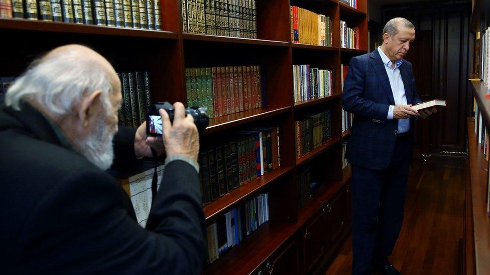 غولر يلتقط صورة للرئيس أردوغان في مكتبة الأخير في اسطنبول