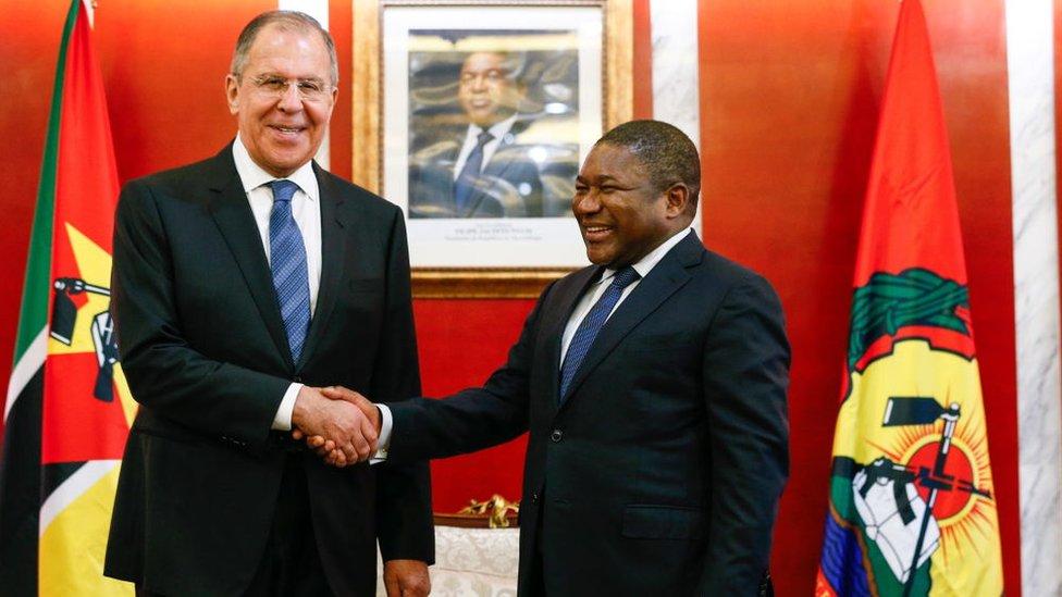 En marzo de 2018, Sergei Lavrov (izq.) hizo una gira por varios países africanos, incluyendo Mozambique.