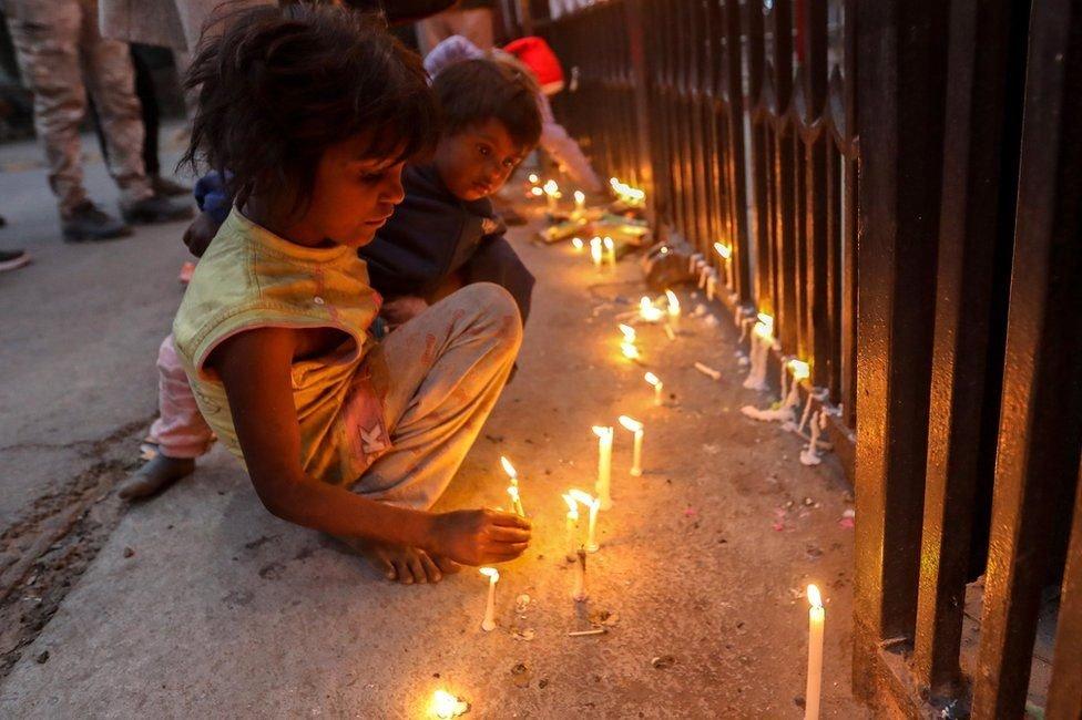Hindistan'ın başkenti Delhi'de çocuklar Kutsal Kalp Katedrali'nin girişinde mum yaktı.