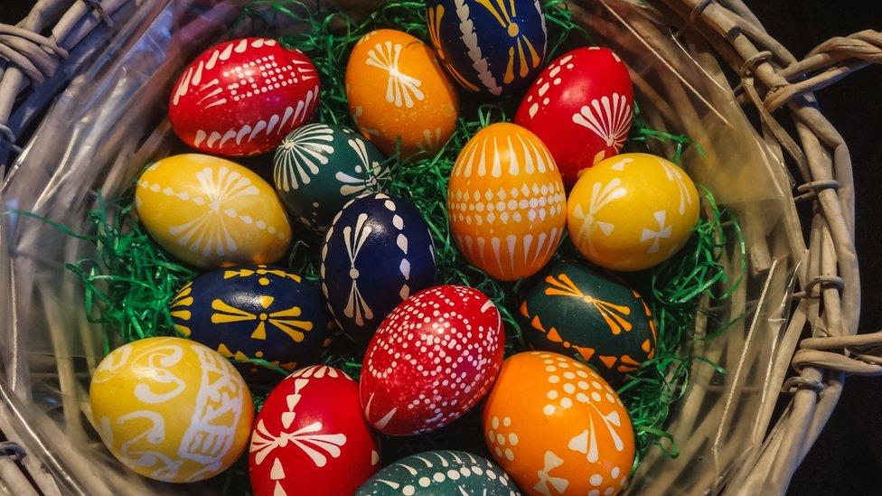 Бараняча нога, булка з хрестом і марципанові апостоли: що англійці їдять на Великдень